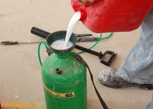 Заправка краскопульта жидкостью для грунтовки