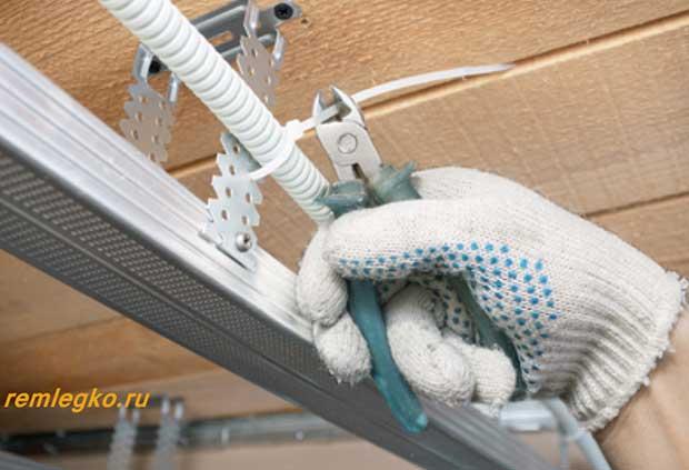 Электропроводка над потолком