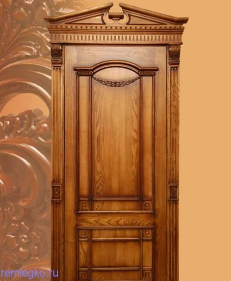 Филёнчатая дверь из ценной породы дерева