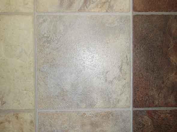 Кварцвиниловая плитка, имитирующая керамическую