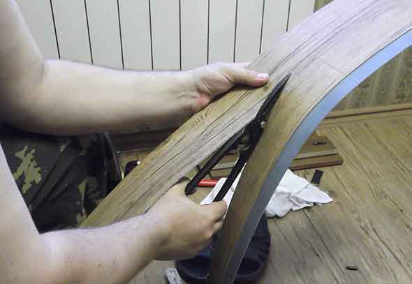 Обрезка плитки ножницами по металлу