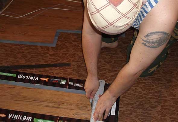 Обрезка плитки строительным ножом