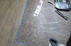 Укладка кварцвиниловой плитки с клеевой лентой