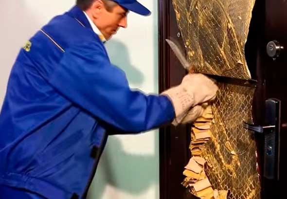 Проверка прочности жестяной двери