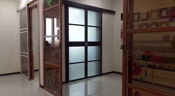 Двустворчатые раздвижные двери с механизмом синхронного открывания