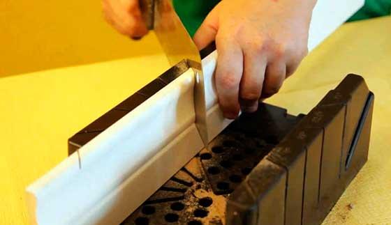 Установка деревянного плинтуса - резка углового соединения