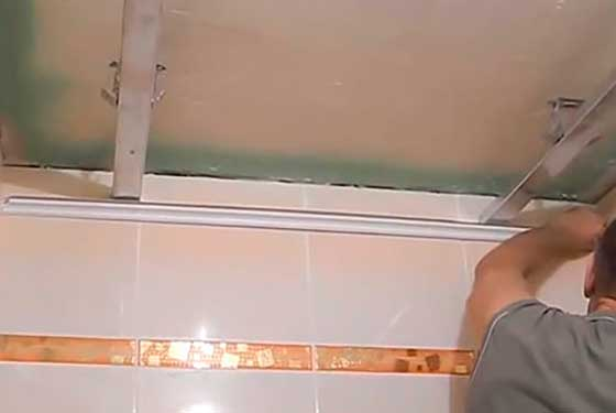 Сделать как сделать потолок из пластиковых панелей в ванной своими руками