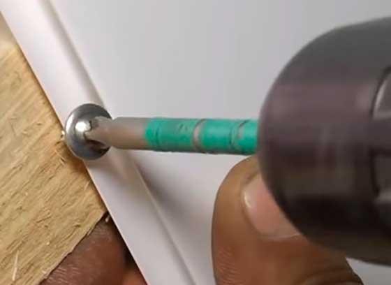 Крепление панели к рейке саморезом с пресс-шайбой