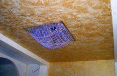 Нанесение фактурной краски на потолок квартиры