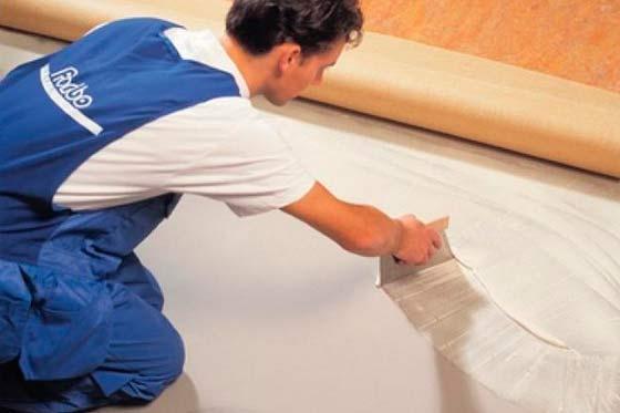 Как постелить линолеум своими руками на бетонный пол видео
