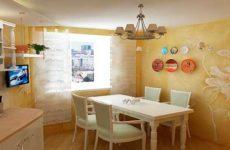 Нанесение фактурной краски на кухонные стены