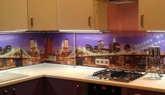 Кухонный фартук из стекла с внешней подсветкой