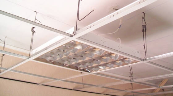 Растровый светильник в системе Армстронг