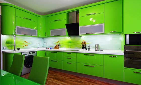 Стеклянный фартук в интерьере кухни