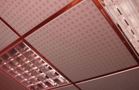 Потолок с алюминиевыми плитками и растровыми светильниками