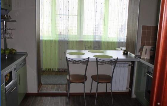 Обеденный стол на проёме для стеклопакета
