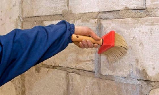 Грунтовка стены перед оштукатуриванием