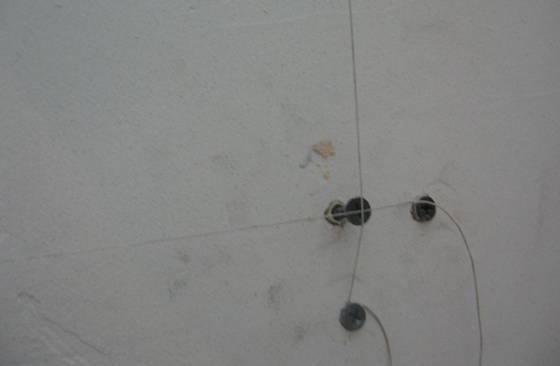 Шнур выставленный поверх шляпки самореза
