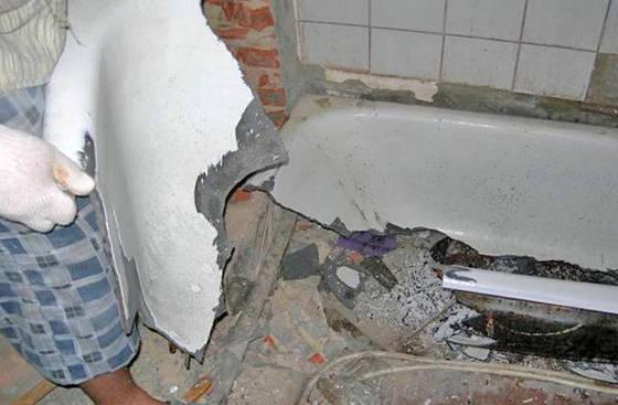 Демонтаж ванны с помощью кувалды