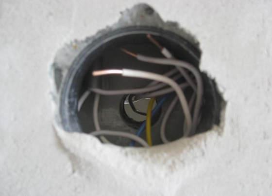 Гнездо розетки с видом в соседскую комнату