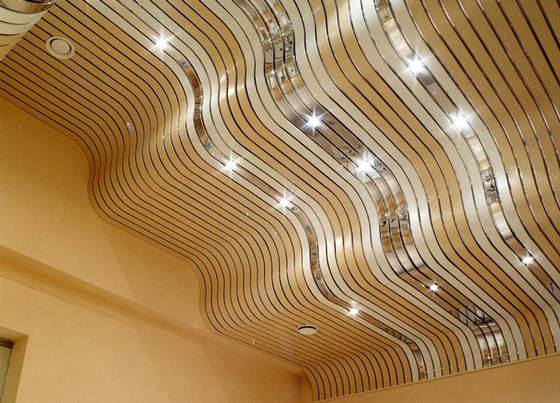 Волнообразный реечный потолок