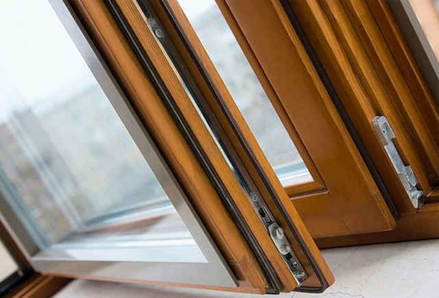 Современные деревянные окна в интерьере квартиры