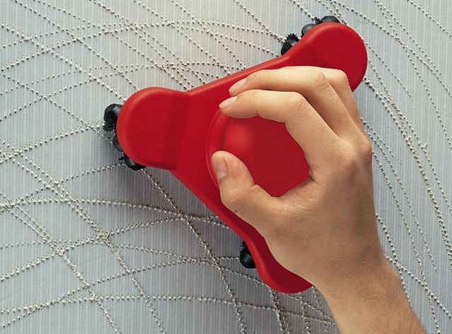 Обработка обоев зубчатым валиком
