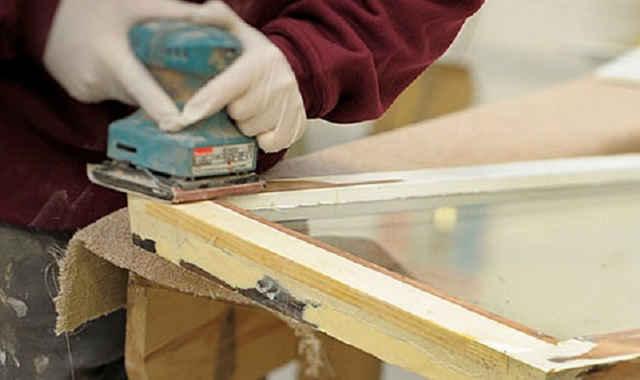 Ошкуривание оконной рамы из древесины