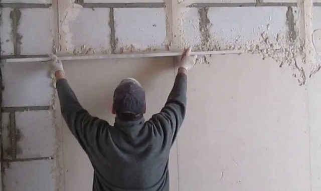 Оштукатуривание стены гипсовой штукатуркой