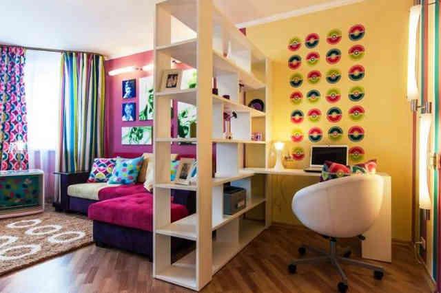 Деление гостиной на рабочую зону и зону отдыха