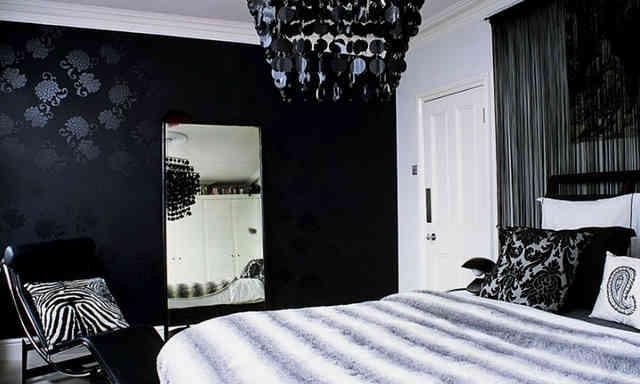 Супружеская спальня с интерьером в черных обоях