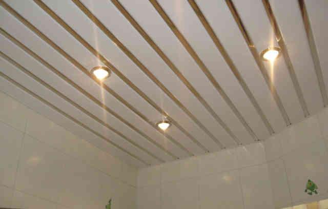 Алюминиевый-реечный потолок в ванной