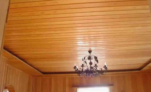 Деревянная вагонка на потолке квартиры