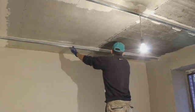 Оштукатуривание потолка
