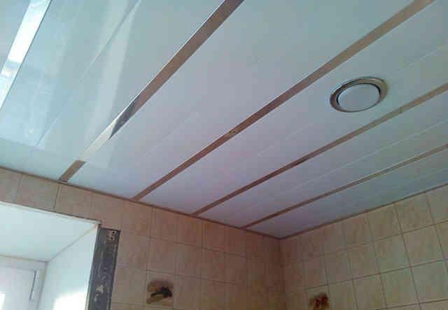 Пластиковые панели на потолке ванной комнаты