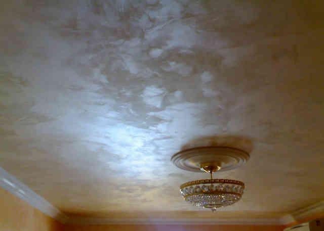 Потолок отделанный декоративной штукатуркой