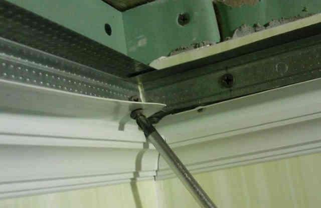 Галтели (плинтусы) для панельного потолка крепится к профилю