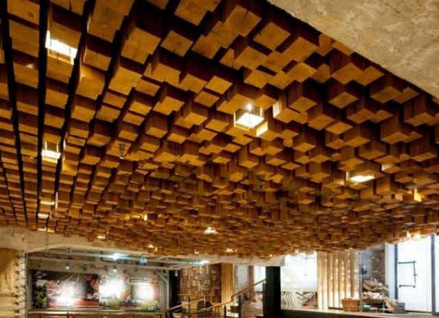 Оригинальный деревянный потолок в кафе Starbucks, Амстердам