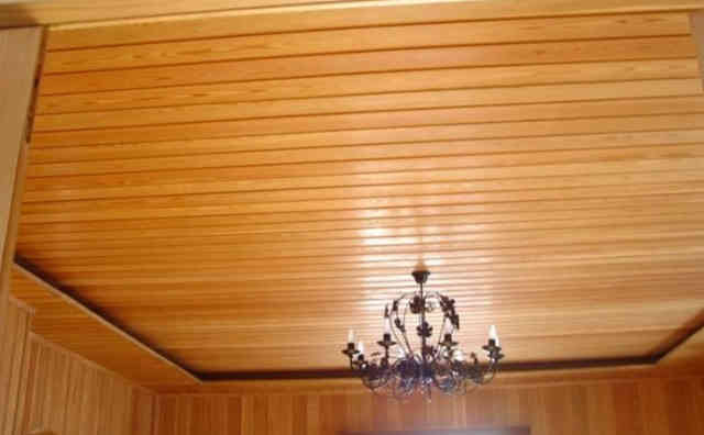 Потолок, обшитый деревянной вагонкой