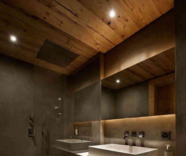 Потолок в ванной из лиственницы