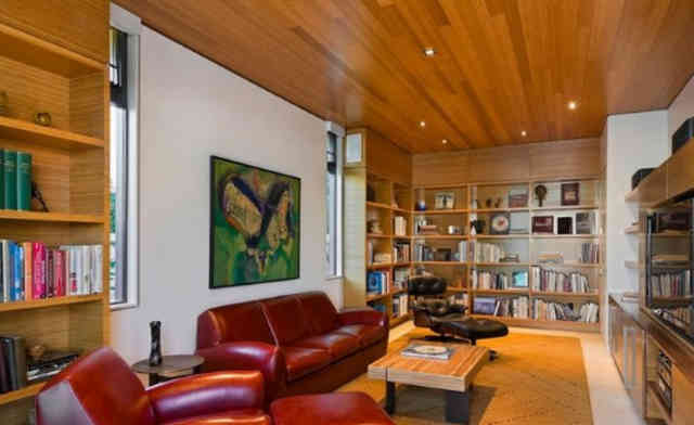 Точечные светильники в потолке из древесины