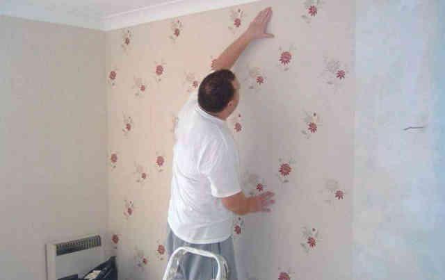Приклеивание полотна обоев к стене