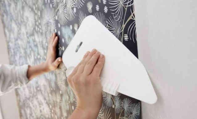 Разравнивание полотна на стене
