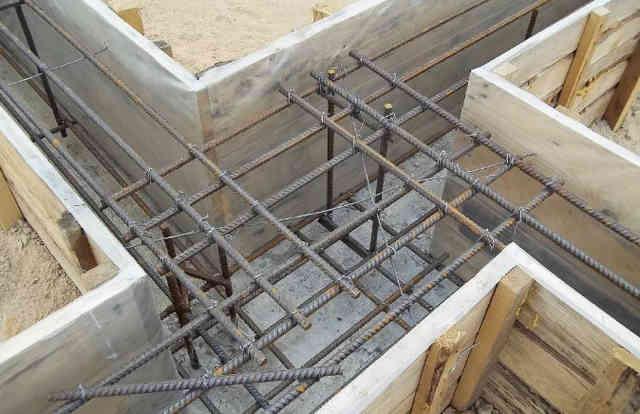Каркас ленточного фундамента перед заливкой бетона